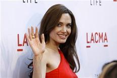"""Angelina Jolie acena em pré-estreia de """"A Árvore da Vida"""" em Los Angeles, Estados Unidos, maio de 2011.  Jolie negou rumores sobre casamento e mais filhos com o parceiro Brad Pitt. 24/05/2011 REUTERS/Mario Anzuoni"""