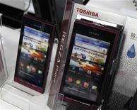 Смартфоны Toshiba REGZA в магазине в Токио, 31 января 2011 года. Компании Sony Corp, Toshiba Corp и Hitachi Ltd при поддержке правительства Японии объединят подразделения по производству ЖК-дисплеев с целью более успешного ведения конкурентной борьбы с недорогой продукцией из Южной Кореи и Тайваня. REUTERS/Kim Kyung-Hoon