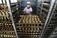 <p>An employee works at a workshop in a mooncake processing factory in Wuhan, in central China's Hubei province September 4, 2007. REUTERS/Stringer</p>