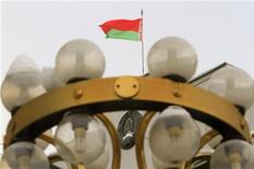 Национальный флаг Белоруссии на здании Конституционного суда в Минске, 3 февраля 2010 года. Белорусский президент Александр Лукашенко помиловал еще четырех человек, осужденных к тюремному заключению за участие в массовой акции протеста в день президентских выборов в декабре прошлого года, сообщила пресс-служба Лукашенко. REUTERS/Vasily Fedosenko