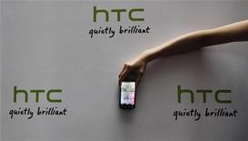 Смартфон HTC на пресс-конференции в Тайбэе, 27 мая 2007 года. Тайваньская HTC представила публике два новых смартфона, использующих операционную систему от Microsoft, стремясь заработать в богатом на праздники четвертом квартале. REUTERS/Pichi Chuang