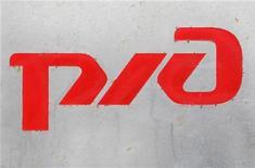 Логотип РЖД в Москве, 25 февраля 2010 года. Российские железные дороги снизили прогноз роста железнодорожных перевозок в 2011 году до 3-3,3 процента с прогнозировавшихся в начале года 5 процентов. REUTERS/Sergei Karpukhin