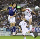 Japonês Shinji Okazaki (esq) e norte-coreano Chong Tese disputam jogada nas eliminatórias para a Copa do Mundo de 2014 em Saitama, no Japão. O Japão, atual campeão asiático, venceu a Coreia do Norte por 1 x 0 com um gol marcado no final de uma partida com forte caráter político. 02/09/2011 REUTERS/Kyodo
