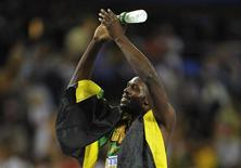 O jamaicano Usain Bolt comemora a vitória nos 200 metros na final do campionato mundial IAAF, em Daegu. Ele havia perdido o título dos 100 metros para o novato Yohan Blake na semana passada, depois de ser desclassificado por queimar a largada na final, e não estava disposto a entregar o ouro em seu evento favorito. 03/09/2011 REUTERS/Dylan Martinez