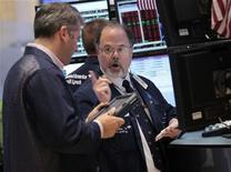 Трейдеры ведут переговоры в торговом зале биржи на Уолл-стрит, 2 сентября 2011 года. Пятничные неожиданно плохие данные об американском рынке труда повышают вероятность того, что Федеральная Резервная Система США начнет новый раунд смягчения монетарной политики, однако остается неясным, поможет ли это фондовому рынку, потерявшему по итогам торгов пятницы более 2,5 процентов.  REUTERS/Brendan McDermid