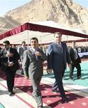 Президент Таджикистана Эмомали Рахмон (справа) и его иранский коллега Махмуд Ахмадинежад (в центре) с визитом на Сангтудинской ГЭС-2, 5 сентября 2011 года. Президент Ирана Махмуд Ахмадинежад пообещал помочь с дефицитными энергоносителями родственному народу Таджикистана, зависящему от импорта из России и Узбекистана. REUTERS/Stringer