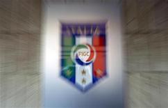 Логотип Итальянской федерации футбола (FIGC) в штаб-квартире организации в Риме, 24 августа 2011 года. Руководство итальянской Серии А и профсоюз игроков уладили разногласия и подписали в понедельник коллективное соглашение, положившее конец отложившей начало чемпионата забастовке футболистов. REUTERS/Alessandro Bianchi