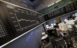 Трейдеры на торгах фондовой биржи во Франкфурте-на-Майне 5 сентября 2011 года. Европейские рынки акций открылись ростом во вторник после резкого спада накануне, при этом в лидеры вышли телекоммуникационный и горнорудный сектора. REUTERS/Alex Domanski