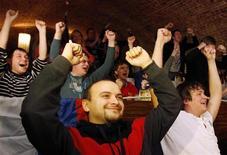 Футбольные болельщики смотрят матч в баре в Москве, 2 декабря 2010 года. Американцы порой сетуют на ослабление влияния своей сверхдержавы, но остальные народы по-прежнему считают их самыми крутыми в списке из 10 позиций, последнюю из которых заняли русские. REUTERS/Denis Sinyakov
