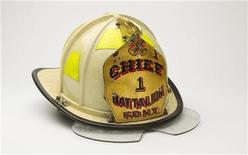 """Capacete de bombeiro que fará parte do Museu Memorial Nacional de 11 de Setembro, em foto de agosto de 2011. O museu será inaugurado no subsolo do """"Marco Zero"""" no 11o aniversário do atentado, daqui a um ano. 22/08/2011 REUTERS/Lucas Jackson"""