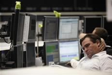 Трейдер фондовой биржи во Франкфурте-на-Майне следит за ходом торгов, 6 сентября 2011 года. Европейские рынки акций открылись ростом в среду после того, как американские акции немного отыграли потери после выхода превысивших прогнозы данных об активности в секторе услуг США. REUTERS/Alex Domanski
