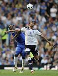 Brasileiro Sandro, do Tottenham, disputa bola com Michael Essien, do Chelsea, durante partida em abril de 2011 no estádio Sramford Bridge. O meio-campista brasileiro renoveou contrato com o Tottenham por cinco anos nesta quinta-feira. REUTERS/Russell Cheyne