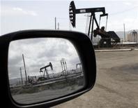 Станки-качалки в Калифорнии 3 апреля 2010 года. Цены на нефть снижаются на фоне укрепления доллара, после того как Европейский Центробанк укрепил участников рынка во мнении, что он не будет продолжать ужесточение монетарной политики. REUTERS/Lucy Nicholson
