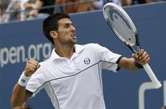Novak Djokovic comemora ponto contra o compatriota Janko Tipsarevi durante o Aberto dos EUA, em Nova York. O tenista número um do mundo, Novak Djokovic, avançou para a semifinal do torneio na quinta-feira, quando seu compatriota abandonou o jogo de quartas de final. 08/09/2011       REUTERS/Mike Segar