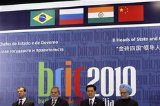 """Лидеры стран БРИК во время пресс-конференции в Бразилиа, 15 апреля 2010 года. HSBC понизил оценку роста экономики РФ в 2011 и 2012 годах, однако Россия поднимется в """"рейтинге"""" стран БРИК в текущем году и обгонит Бразилию. REUTERS/Roberto Jayme"""