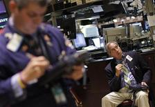 Трейдеры на торгах Нью-Йоркской фондовой биржи 2 сентября 2011 года. Фондовые индексы США снизились в начале торгов пятницы, так как план президента Барака Обамы повысить занятость не вдохновил рынок.  REUTERS/Brendan McDermid
