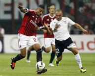 Kevin Boateng (esquerda), do Milan, e Christian Brocchi (direita), do Lazio, lutam pela bola em partida do Campeonato Italiano em Milão. 09/09/2011 REUTERS/Giampiero Sposito