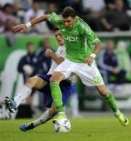 Mario Mandzukic (à dir.), do Wolfsburg, e Kyriakos Papadopoulos, do Schalke 04, lutam pela bola durante partida da primeira divisão do campeonato alemão, em Wolfsburg. 11/09/2011 REUTERS/Fabian Bimmer