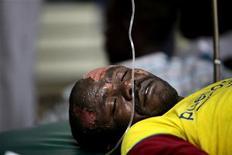 Мужчина, пострадавший в результате взрыва в Найроби, лежит на больничной койке, 5 июня 2011 года. Более ста человек сгорели заживо в результате пожара, возникшего из-за утечки бензина в густонаселенных районах столицы Кении Найроби, сообщили местные СМИ в понедельник. REUTERS/Noor Khamis