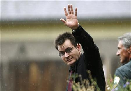 Actor Charlie Sheen gestures towards the media as he leaves the Pitkin County Courthouse after a sentencing hearing in Aspen, Colorado August 2, 2010. REUTERS/Rick Wilking