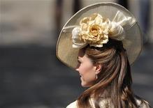 A duquesa Catherine (Kate Middleton) chega ao casamento de Zara Phillips, neta da rainha Elizabeth, em Edinburgo, em Julho. Especialistas na Semana de Moda de Nova York disseram que Kate Middleton é uma seguidora de estilo e não dita as tendências como a falecida princesa Diana. 30/07/2011        REUTERS/Dylan Martinez