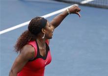 Tenista norte-americana Serena Williams discute com juiz de cadeira durante final do Aberto dos EUA em Nova York. Serena foi derrotada pela australiana Samantha Stosur na partida disputada no domingo. Nesta segunda-feira, ela foi punida com uma multa de 2 mil dólares pela discussão com a arbitragem. REUTERS/Jessica Rinaldi