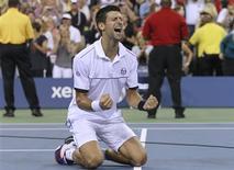 Novak Djokovic comemora após derrotar Rafael Nadal na decisão do Aberto dos EUA nesta segunda-feira.   REUTERS/Lucy Nicholson