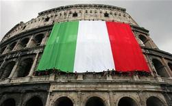 """Итальянский флаг на Колизее в Риме, 27 апреля 2006 года. Италия попросила Китай провести """"существенную"""" скупку итальянских облигаций, сообщила на своем сайте газета Financial Times в понедельник. REUTERS/Max Rossi"""