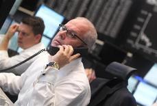 Трейдер ведет переговоры на бирже во Франкфурте-на-Майне, 12 сентября 2011 года. Европейские рынки акций открылись ростом во вторник, следуя за ралли на Уолл-стрит и в Азии после сообщений о том, что Китай может помочь сильно задолжавшей Италии. REUTERS/Alex Domanski