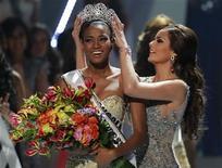 """""""Мисс Ангола"""" Лейла Лопес получает корону """"Мисс Вселенной"""" из рук победительницы 2010 года Химены Наваррете, 12 сентября 2011 года. """"Мисс Ангола"""" Лейла Лопес, студентка из города Бенгела, стала в понедельник обладательницей короны """"Мисс Вселенной"""": члены жюри были очарованы ее красотой и впечатлены ее умом. REUTERS/Paulo Whitaker"""