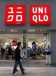 Люди проходят мимо магазина Uniqlo в Токио, 12 октября 2010 года. Японская Fast Retailing сообщила, что нацелена на ускорение темпов открытия своих зарубежных магазинов под брендом Uniqlo с 200 до 300 в год, пытаясь обогнать владельца Zara - Inditex и другие мировые сети к 2020 году. REUTERS/Kim Kyung-Hoon