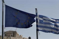 Флаги Евросоюза (слева) и Греции в Афинах, 11 апреля 2011 года. Почти 93 процента читателей, опрошенных австрийским таблоидом Krone, проголосовали за вывод Греции из еврозоны, свидетельствуют опубликованные в среду результаты опроса.  REUTERS/John Kolesidis