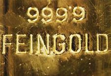 Слиток золота на заводе в Вене, 28 февраля 2011 года. Цены на золото снижаются на фоне спада на рынках акций после сокращения рейтингов двух крупных французских банков. REUTERS/Lisi Niesner