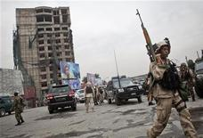 """Сотрудники афганских сил безопасности после боя с боевиками """"Талибана"""" близ посольства США в Кабуле 14 сентября 2011 года. Нападение боевиков """"Талибана"""" на столицу Афганистана было отбито спустя 20 часов после его начала, сообщил в среду представитель местного МВД. REUTERS/Ahmad Masood"""