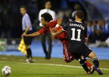 Marcelo (E) disputa lance com Tomecak, do Dinamo Zagreb, durante a vitória do Real Madrid na Liga dos Campeões. REUTERS/Nikola Solic