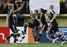 O brasileiro Rafinha (C) comemora gol do Bayern de Munique com os companheiros em jogo contra o Villarreal. REUTERS/Heino Kalis