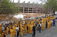 Trabalhadores protestam diante do estádio Mineirão em Belo Horizonte. 15/09/2011 REUTERS/Washington Alves