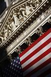 Здание фондовой биржи на Уолл-стрит в Нью-Йорке, 29 июня 2008 года. Фондовый рынок США поднялся четвертый день подряд по итогам торгов в четверг, так как скоординированные действия центральных банков мира смягчили опасение европейского кредитного кризиса. REUTERS/Brendan McDermid