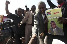 Sudan People?s Liberation Movement (SPLM) presidential candidate Yasir Arman (R) shakes hands with supporters after arriving at Khartoum airport January 21, 2010.   REUTERS/Mohamed Nureldin Abdallah