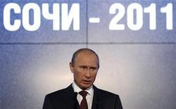 """Премьер-министр РФ Владимир Путин выступает на X Международном инвестиционном форуме """"Сочи-2011"""", 16 сентября 2011 года. Налоговая нагрузка в РФ не будет расти, сказал премьер Владимир Путин, назвав темпы роста экономики на уровне 4 процентов в год недостаточными и пообещав стремиться к большему. REUTERS/Sergei Karpukhin"""
