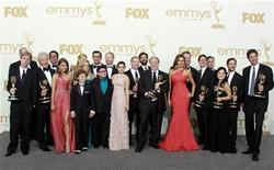 """Актеры и создатели сериала """"Американская семейка"""" на церемонии вручения """"Эмми"""" в Лос-Анджелесе, 18 сентября 2011 года. Сериалы """"Безумцы"""" и """"Американская семейка"""" вновь удостоились американской телевизионной премии """"Эмми"""" в номинациях лучший драматический сериал и лучший комедийный сериал соответственно. REUTERS/Lucy Nicholson"""
