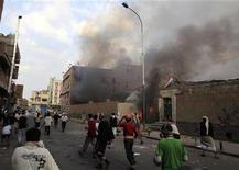 Антиправительственные демонстранты бросают камни в полицейских в Сане, 18 сентября 2011 года. Несколько ракет упали во вторник на лагерь оппозиции в столице Йемена Сане, убив как минимум двух человек, сообщили очевидцы. REUTERS/Khaled Abdullah