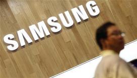Мужчина в магазине Samsung в Сеуле, 29 июля 2011 года. Samsung Electronics Co рассматривает возможность подать судебный иск с просьбой запретить продажи нового iPhone компании Apple, сообщил знакомый с ситуацией источник во вторник. REUTERS/Lee Jae-Won
