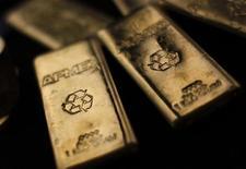 Слитки золота на Американской бирже драгоценных металлов (APMEX) в Нью-Йорке, 15 сентября 2011 года. Цены на золото растут после снижения рейтинговым агентством Standard and Poor's кредитного рейтинга Италии. REUTERS/Mike Segar