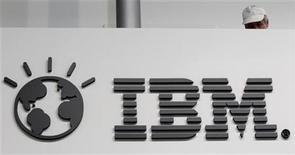 <p>El logo de International Business Machines Corp en un puesto de la feria tecnológica CeBIT en Hanover, feb 26 2011. International Business Machines Corp (IBM) ofreció concesiones para llegar a acuerdo con reguladores antimonopolio de la Unión Europea en investigaciones, que ya duran un año, sobre sus prácticas de negocios, con lo que podría evitar una multa. REUTERS/Tobias Schwarz</p>