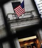 Вход в фондовою биржу на Уолл-стрит в Нью-Йорке, 13 мая 2011 года. Американские акции завершили торги вторника практически без изменений, так как инвесторы хотят узнать, предложит ли ФРС США новые экономические стимулы и сможет ли Греция избежать дефолта. REUTERS/Shannon Stapleton