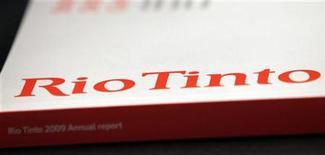 Логотип Rio Tinto на годовом отчете компании в Мельбурне, 26 мая 2010 года. Горнорудный гигант Rio Tinto не заметил снижения спроса в последнее время несмотря на обеспокоенность клиентов, сообщил инвесторам генеральный директор Том Альбанезе.  REUTERS/Mick Tsikas