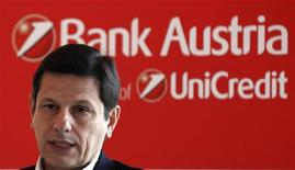Джианни Франко Папа на пресс-конференции в Стамбуле, 14 мая 2011 года. Отделение банка UniCredit в Австрии шокировано планом Венгрии заставить банки списать потери по займам в иностранной валюте, сообщил в среду австрийской газете куратор операций банка в Восточной Европе. REUTERS/Murad Sezer