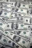 """100-долларовые банкноты в Сеуле, 20 сентября 2011 года. Доллар вырос до максимума семи месяцев в корзине мировых валют, после того как Федрезерв США указал на """"существенные риски снижения"""" экономики, но не предложил агрессивных монетарных мер поддержки. REUTERS/Lee Jae-Won"""