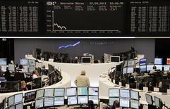 Трейдеры следят за индексом DAX на бирже во Франкфурте-на-Майне, 22 сентября 2011 года.  Европейские фондовые рынки стремительно падают в четверг после того, как ФРС США предупредила о значительных рисках для экономики, а статистические данные указали на дальнейшее сокращение производственного сектора Китая, что привело к распродаже горнорудных акций. REUTERS/Remote/Amanda Andersen